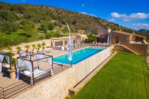 Finca-Alegria Luftbild Pool Daybeds